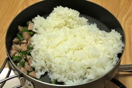 ゴハンを入れて、塩コショウで味を調える。