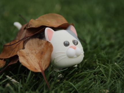 落ち葉に隠れ、獲物を狙う野生の獣。