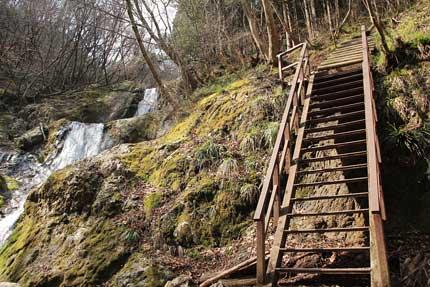 三ツ釜の滝から登る。