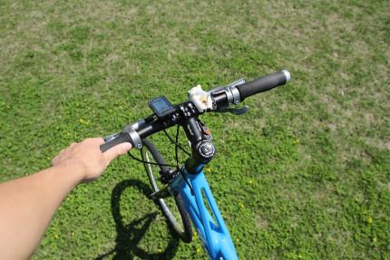 ガシッ!と自転車を持つ。