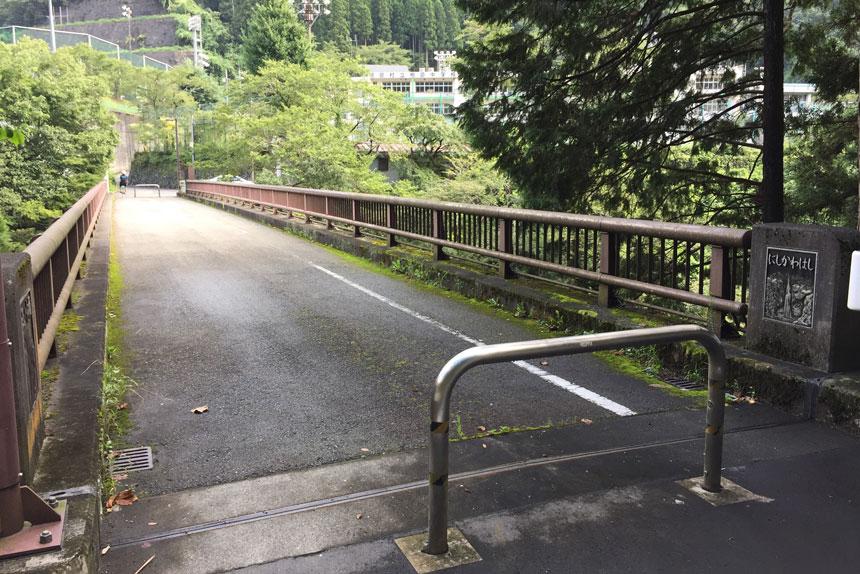 西川橋を渡る
