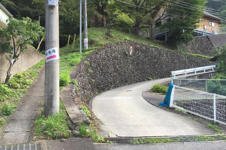 駐車場の方へ。