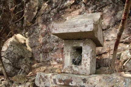 護摩壇岩の祠。